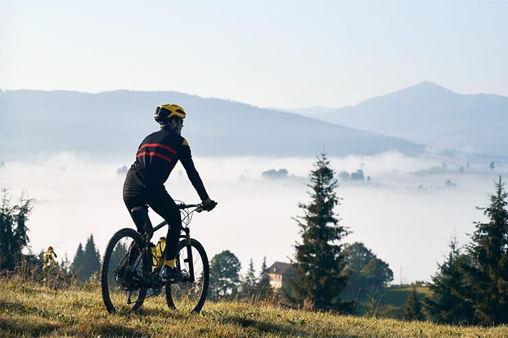 Kolesar na gorskem kolesu